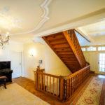 Treppenhaus mit Stuckdecke