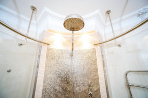 Dusche mit Stuck